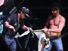 Gusttavo Lima tira a camisa e mostra resultado de malhação