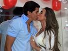 Nicole Bahls presenteia o namorado com muitos beijos