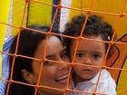 Luciele Di Camargo publica foto com a filha no parquinho