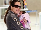 Perlla embarca com a filha recém-nascida em aeroporto