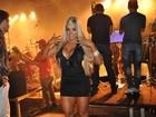 Aryane Steinkopf se empolga e dança com Beto Barbosa durante show