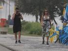 Ex-BBB Monique caminha em praia carioca