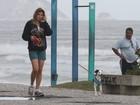 Ellen Jabour passeia com o cachorrinho na orla do Rio