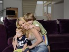 Danielle Winits posa com os filhos e elogia o novo namorado
