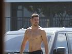 Quanta saúde! Cauã Reymond surfa e se exercita em praia no Rio