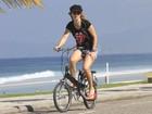 Christine Fernandes passeia de bicicleta pela orla do Rio