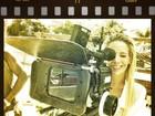Danielle Winits se diverte atrás das câmeras em gravação de comercial