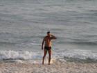 Prestes a fazer 50, Marcello Novaes mostra boa forma em praia no Rio