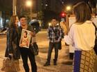 Claudia Raia tira fotos com fãs após sessão de 'Cabaret'