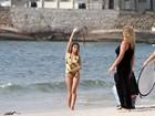 De maiô, Tammy Di Calafiori participa de ensaio em praia carioca