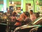 Gabriel Braga Nunes beija loira em bar no Rio