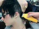Ex-BBB Serginho raspa parte do cabelo e posta foto no Twitter