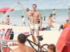 Marido de Priscila Fantin curte praia com o filho no Rio