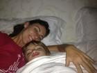Glenda Kozlowski posta foto sendo acordada pelo filho no Dia das Mães