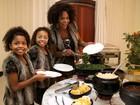 Com roupas iguais, Adriana Bombom comemora Dia das Mães com filhas