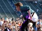 De calça baixa, Justin Bieber mostra demais durante show