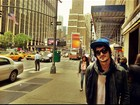 De boné e cachecol, Fiuk aproveita  férias em Nova York