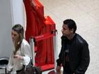 Sem coleguinha, campeão Fred embarca em aeroporto carioca
