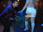 Mulher Maçã é vítima de mão boba de David Brazil em show