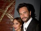 Rodrigo Santoro posa com Jennifer Lopez em première de filme