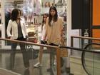 Glória Pires passeia com as filhas em shopping no Rio