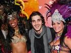 Fiuk posa com passistas em evento em homenagem ao Brasil em Nova York