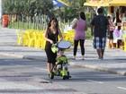 Daniele Suzuki empurra o triciclo do filho em passeio na orla do Rio