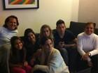 Glória Pires assiste à série 'As Brasileiras' com a família