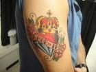 Marido da ex-BBB Priscila Pires faz tatuagem em homenagem ao filho