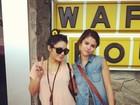 Selena Gomez e Vanessa Hudgens posam nos bastidores de longa