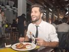 Em clima de romance, Bruno Gagliasso tem dia de cozinheiro