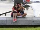 Ao lado da filha, Solange Gomes mostra a língua para foto