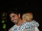 Tá treinando? Ex-BBB Adriana posta foto do namorado segurando bebê
