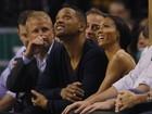 Will Smith assiste a jogo de basquete acompanhado da mulher