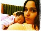 Perlla posta foto da filha dormindo em seu colo