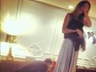 Flávia Alessandra ajusta vestido para ir à Festival de Cannes