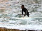 Gabriel O Pensador aproveita a ressaca do mar para surfar à noite