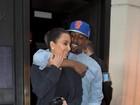 Kim Kardashian e Kanye West deixam restaurante abraçadinhos