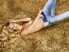 Candice Swanepoel faz topless em fotos para marca de jeans