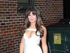 Lea Michele usa vestido decotado para participar de programa