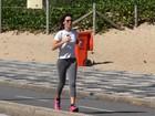 Glenda Kozlowski usa tênis fluorescente para correr na praia