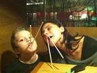 Giovanna Antonelli e o filho fazem graça em jantar