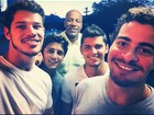 Galãs de 'Avenida Brasil' posam juntos nos bastidores da novela