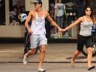 Priscila Fantin passeia pelo Rio ao lado do marido