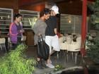 Giovanna Lancellotti acompanha Isis Valverde e o namorado em jantar