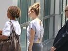Modelito destaca bumbum de Jennifer Lopez em gravação