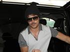 Zac Efron aparece usando bigodinho em aeroporto de Los Angeles
