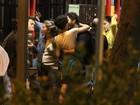 Gabriel Braga Nunes beija morena em bar carioca