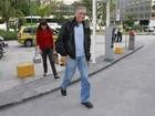 'Cauã leva jeito', diz o pai do ator, José Marques, ao sair da maternidade