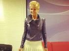 Xuxa posa de minissaia plissada antes de gravação